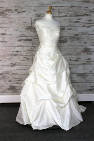 ba753f9e725 Buy a Designer Wedding Dress at Huge Discount. Up to 80% off Retail.