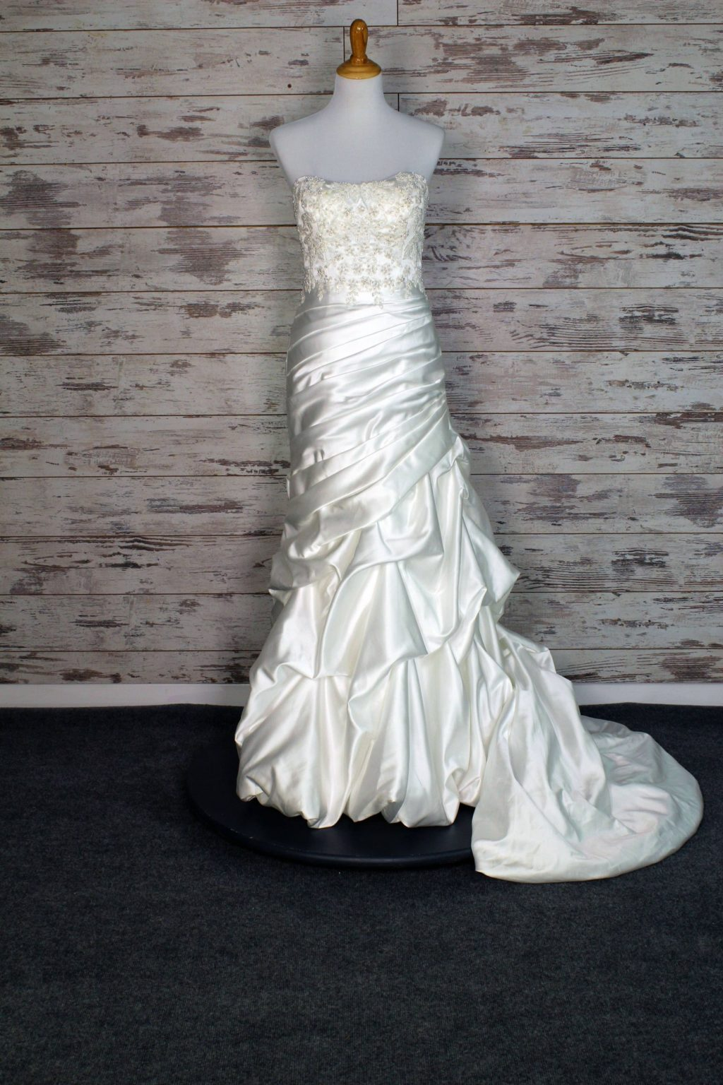 Buy a Designer Wedding Dress at Huge Discount. Up to 80% off Retail.