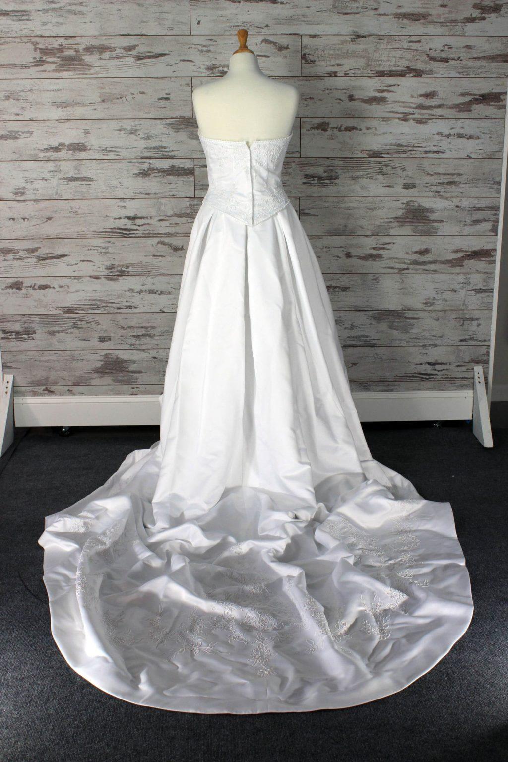 Justin alexander v neck wedding dress size for Ashley jordan wedding dress